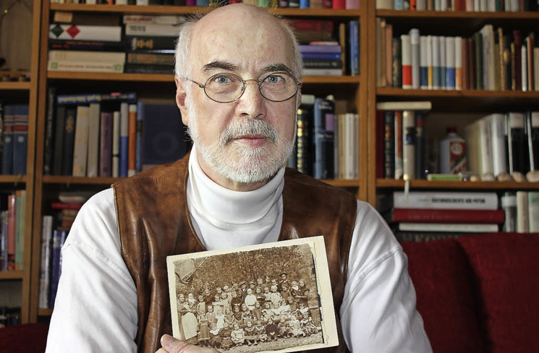 Kurt Paulus mit altem Foto   | Foto: Eva-Maria Klassen