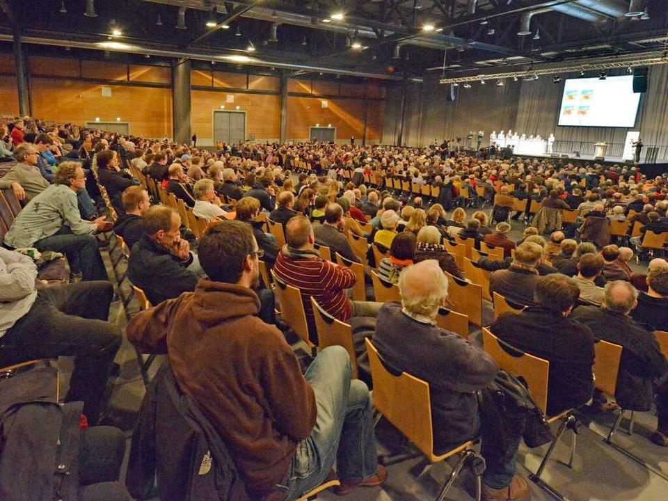 Dicht besetzt ist die Rothaus-Arena be...iter hinten blieben viele Stühle leer.  | Foto: Michael Bamberger