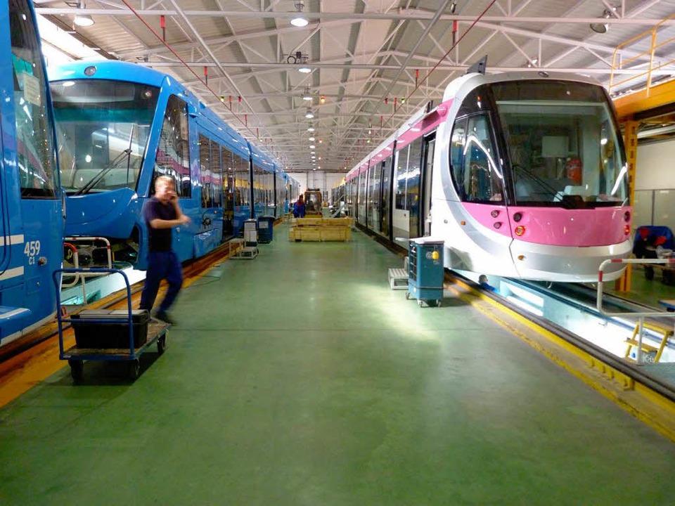 Die Straßenbahnen für Stockholm (links...Birmingham stehen fertig in der Halle.  | Foto: Rolf Müller