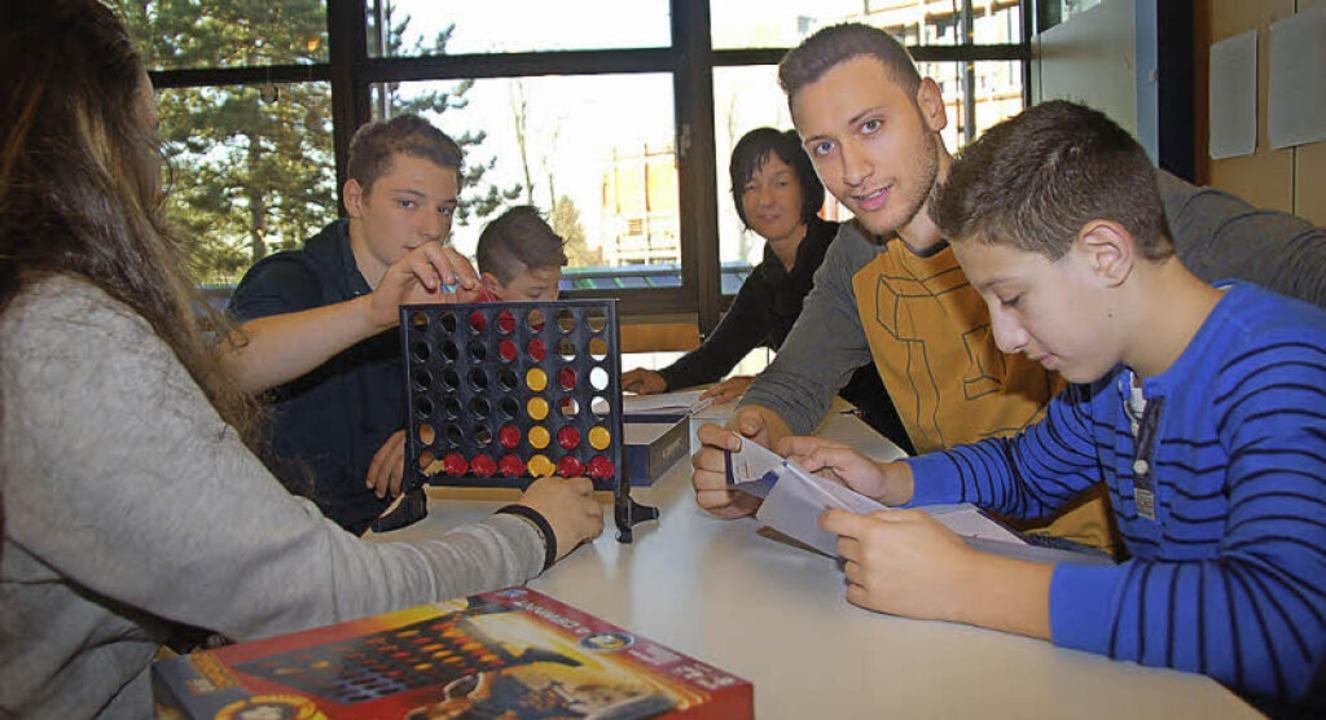Schülermentoren: Ältere Schüler unters...n beim Lernen, aber auch bei Spielen.   | Foto: Andrea Steinhart