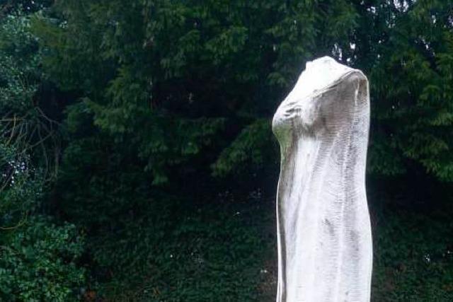 Unbekannte köpfen Statue im Freiburger Stadtgarten