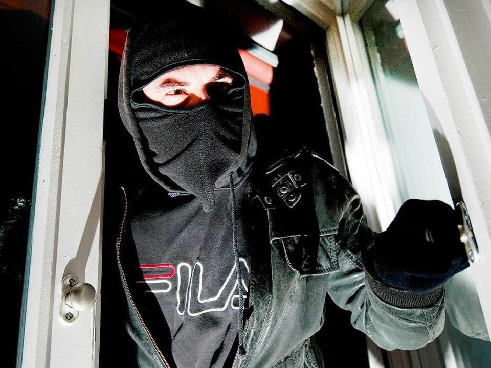 Wenn Roll- oder Fensterläden nicht ver...nd, haben Einbrecher leichteres Spiel.  | Foto: dpa