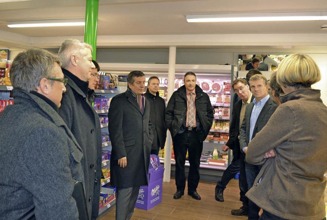 Die Bürgermeister der Hochschwarzwaldg...es Dorfladens in Rötenbach einweihen.   | Foto: Liane Schilling