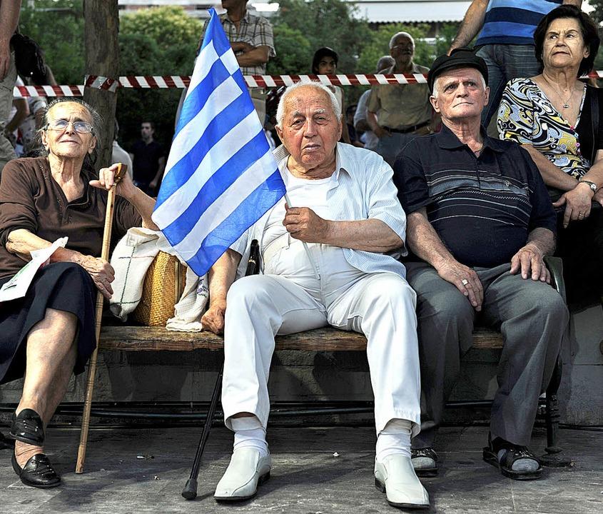 Sitzender Protest: Griechen im Sommer ...emonstrationen gegen die Sparpolitik.   | Foto: dpa