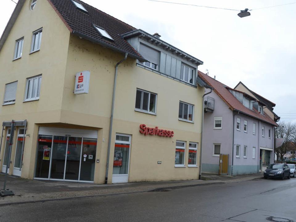 Die Sparkassenfiliale in Sasbach war a...iger Fahndung bislang noch jede Spur.   | Foto: Roland Vitt