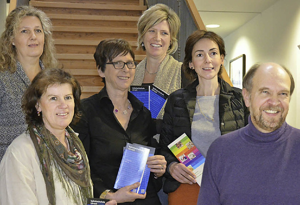 Das VHS-Team stellt das Programm vor: ..., Adela Taut und Axel Rulf (von links)  | Foto: Julia Dreier