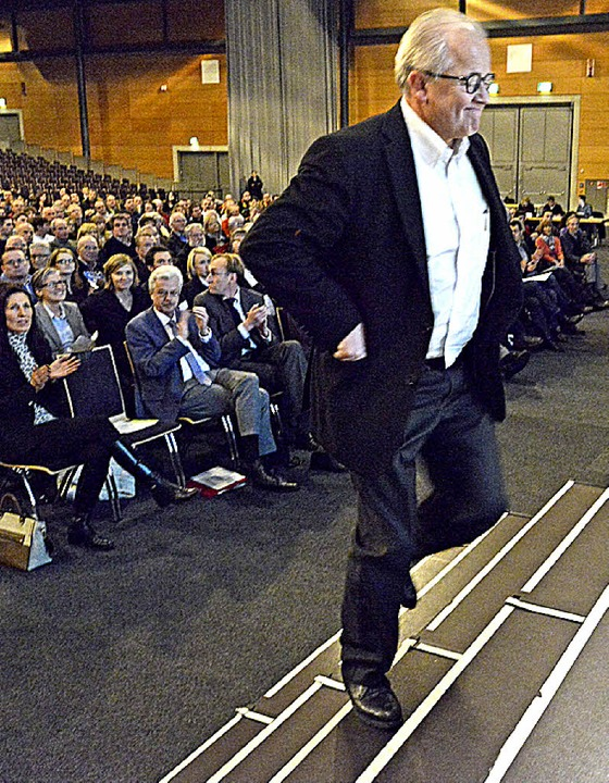 Schwerer Gang: SC-Chef Fritz Keller be...information auf dem Weg zum Rednerpult  | Foto: Bamberger