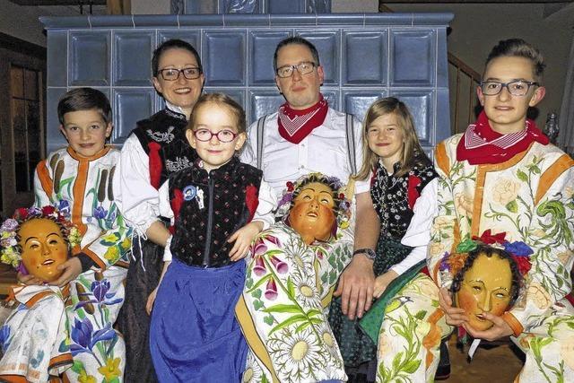 Eine Familie genießt ihr Fasnetglück