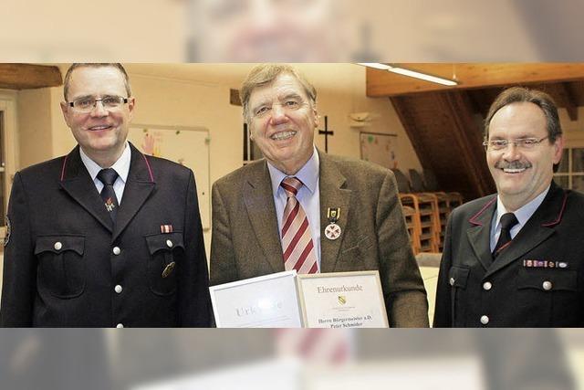 Feuerwehr würdigt Altbürgermeister Schmider gleich zweifach