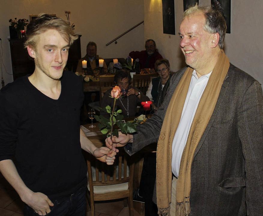 Bürgermeisterkandidat  Martin Flashar ...e eine Rose zum Dank für den Auftritt.  | Foto: mario schöneberg
