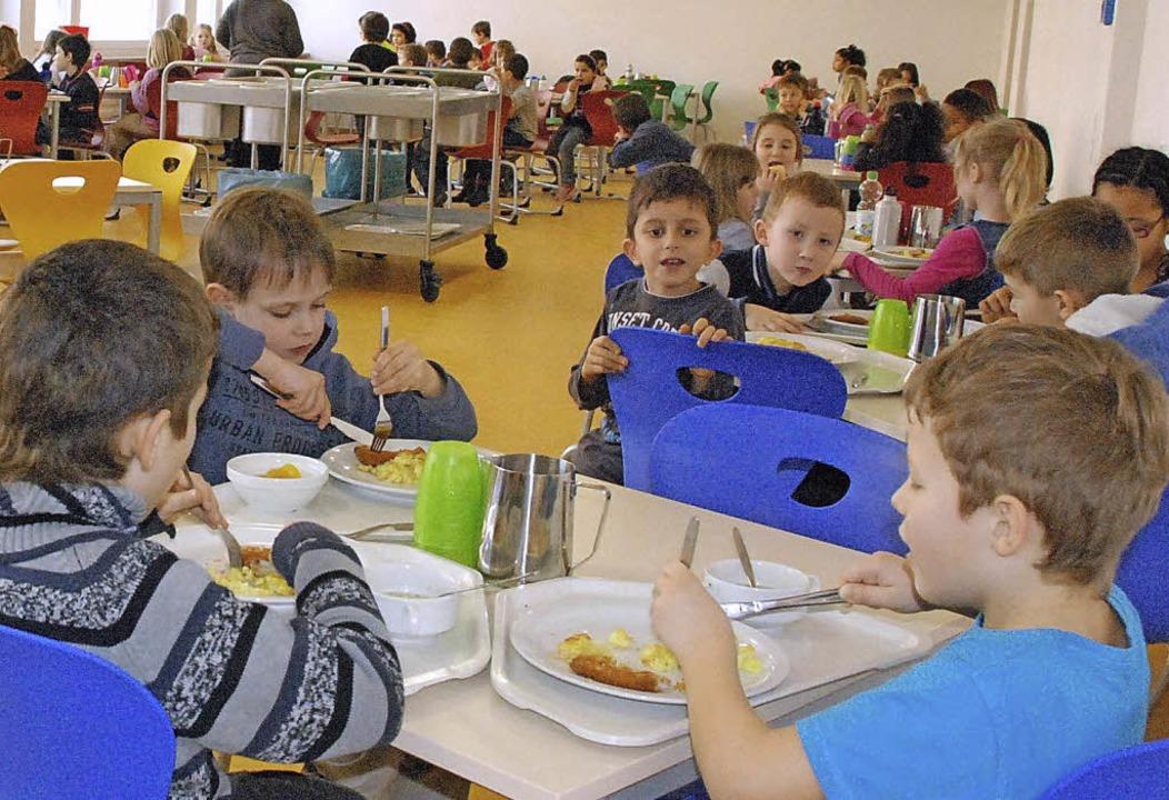 Guten Appetit: In der Goetheschule kom...äglich 100 Kinder an den Mittagstisch.  | Foto: Archiv: Maja Tolsdorf