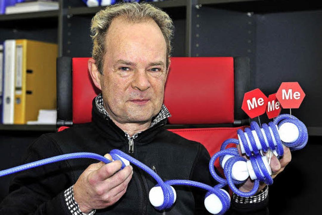 Oben: Tomas Jenuwein mit einem Modell ...keten untergebracht, den Chromosomen.   | Foto: Thomas Kunz/inet/mpG
