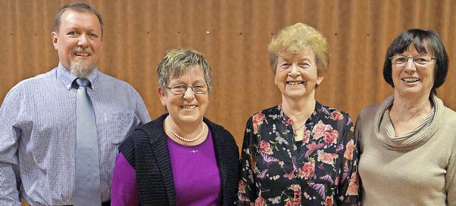 Wahlen beim Gesangverein Schallbach:  ...sitzende Gisela Sütterlin (von links)   | Foto: Hartenstein