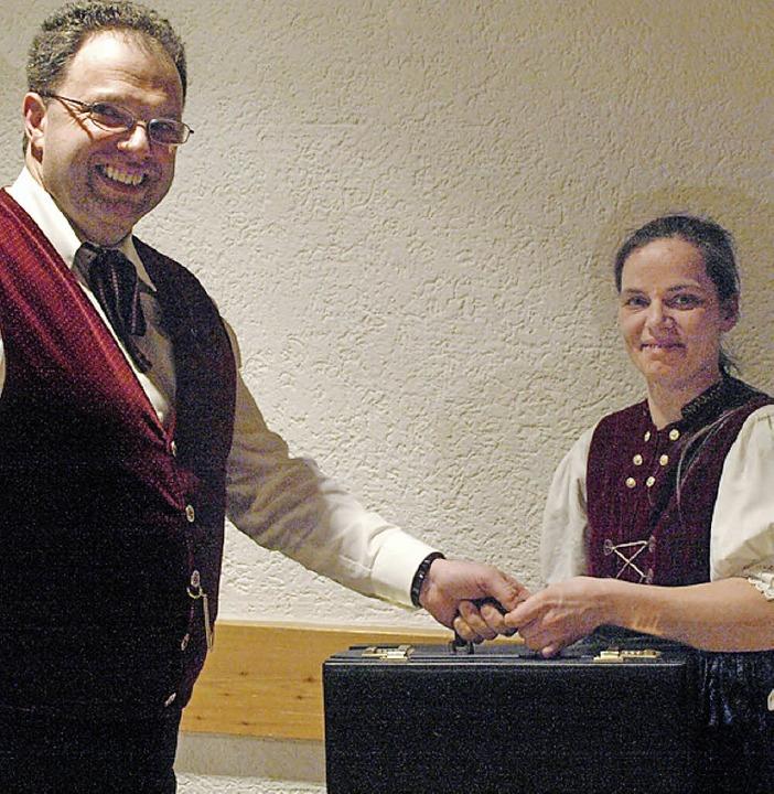 Nach 20 Jahren übergab Hubert Ebner se...arzen Kassiererkoffer an Erika Zoubkov  | Foto: Karin Stöckl-Steinebrunner