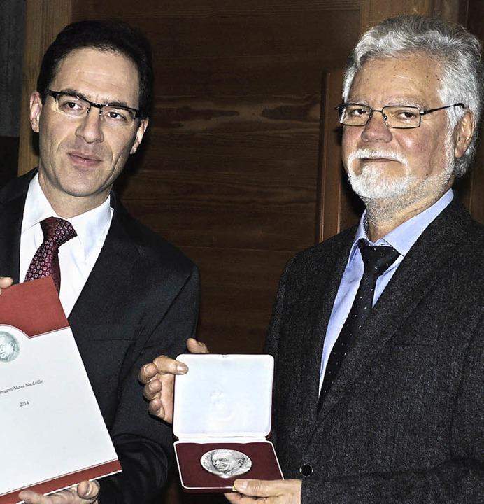 Pfarrer Jan Mathis (links) überreichte...den Vereinsvorsitzenden Jürgen Stude.     Foto: siefke