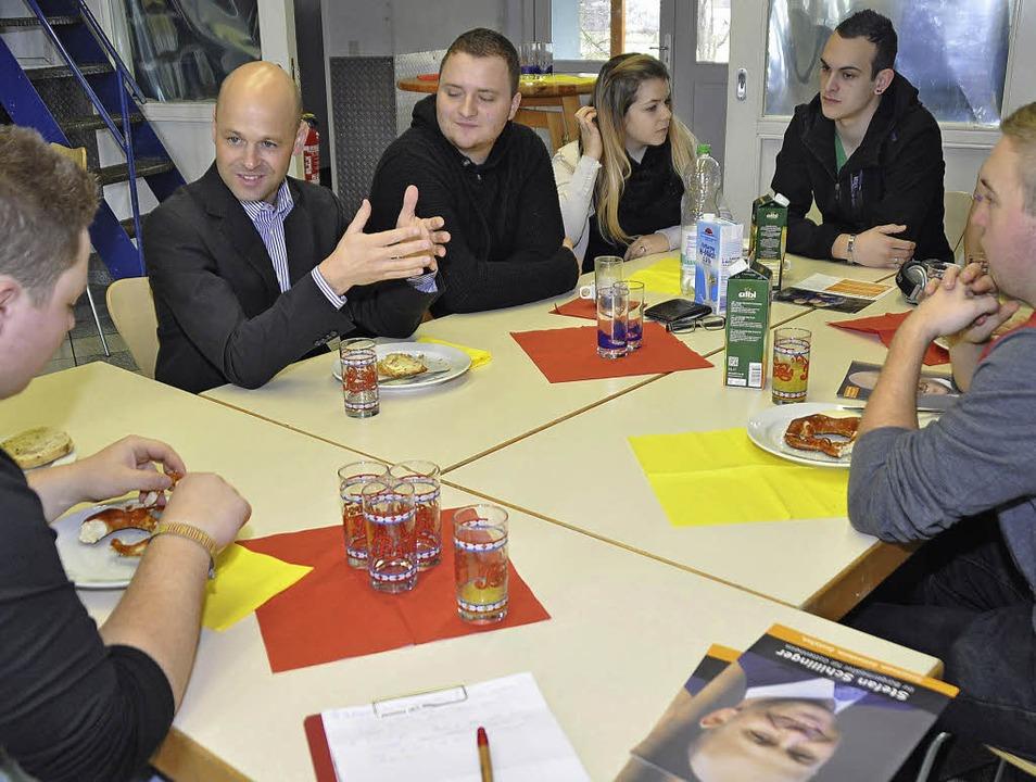 Stefan Schillinger (Zweiter von links)...gendlichen im Jugendclub am Hebewerk.   | Foto: julius steckmeister