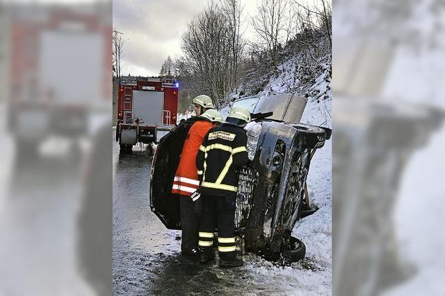 Eisglätte lässt Auto schleudern