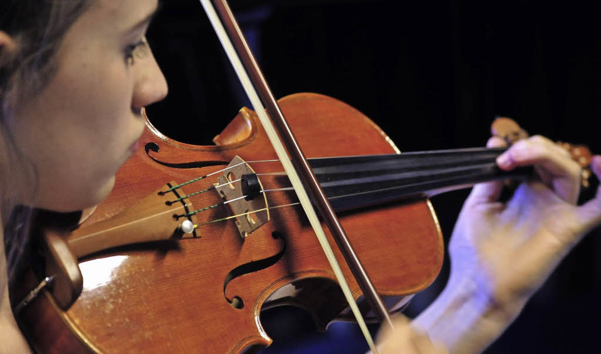 Jungmusikerin mit Geige   | Foto: Kunz