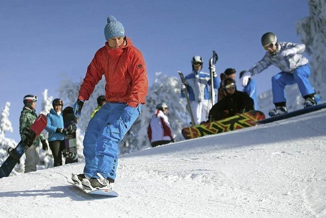 Schüler auf die Boards und die Skier