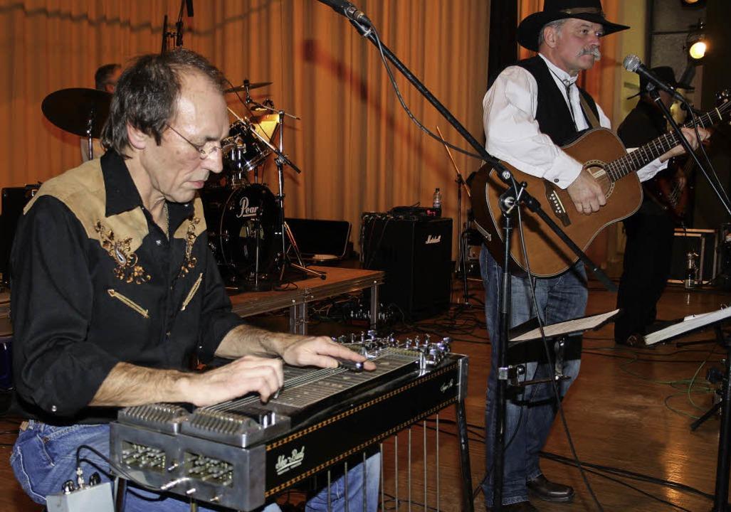 Typischen Country-Sound boten Bernfrie...iddle und Bandleader von Southbound.    | Foto: Andreas Böhm