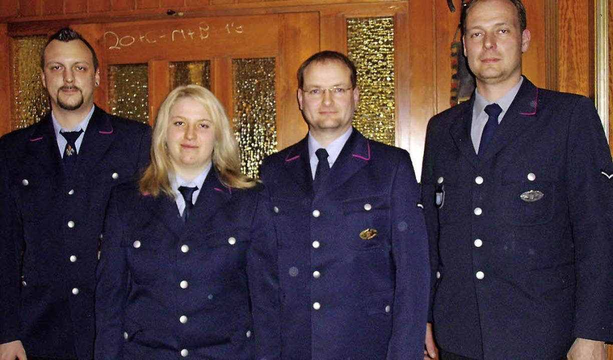 Abteilungskommandant Andreas Stoll (zw...hler ist dort die erste Feuerwehrfrau.  | Foto: Selz