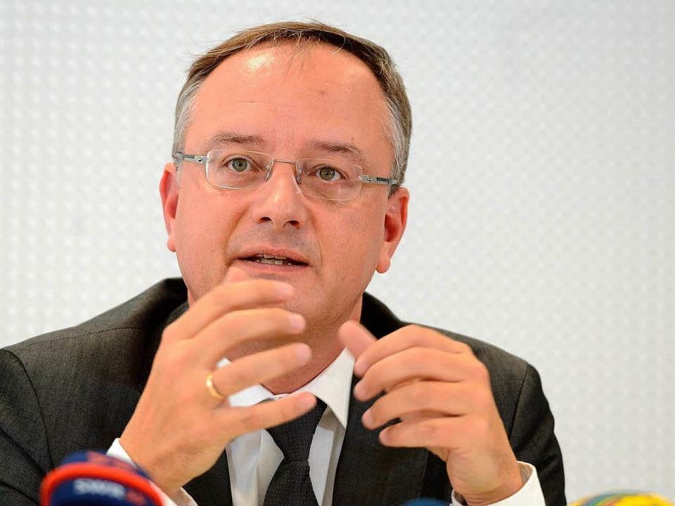 Kultusminister Stoch präsentiert die Übergangszahlen  | Foto: dpa