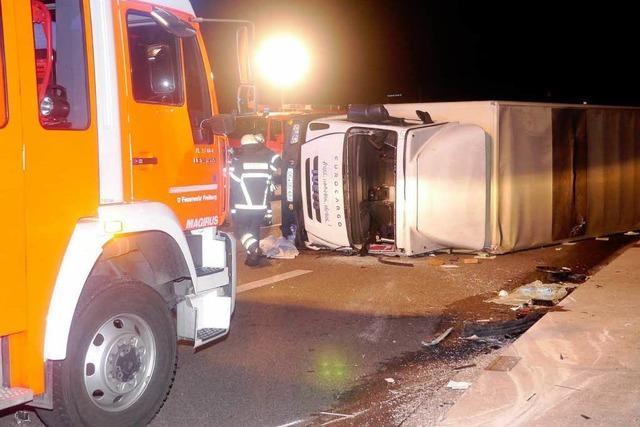 Lkw stürzt nach Unfall um – Feuerwehr befreit eingeklemmten Fahrer