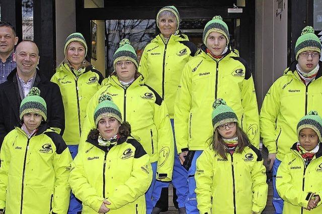 Ein Team in einem einheitlichen Gelb