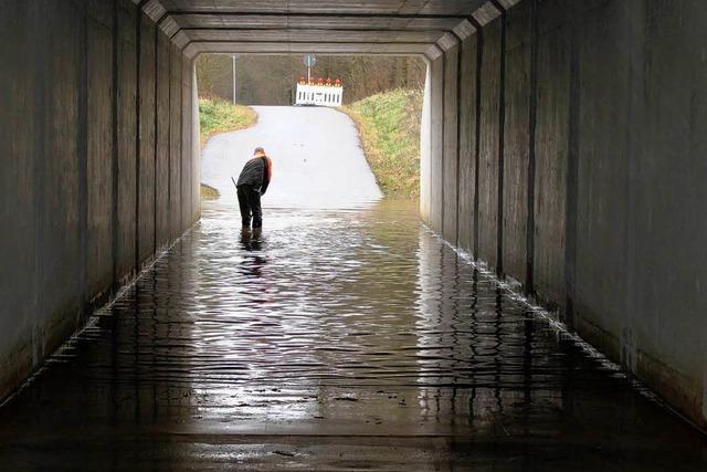 Unterführung steht bei Regen unter Wasser