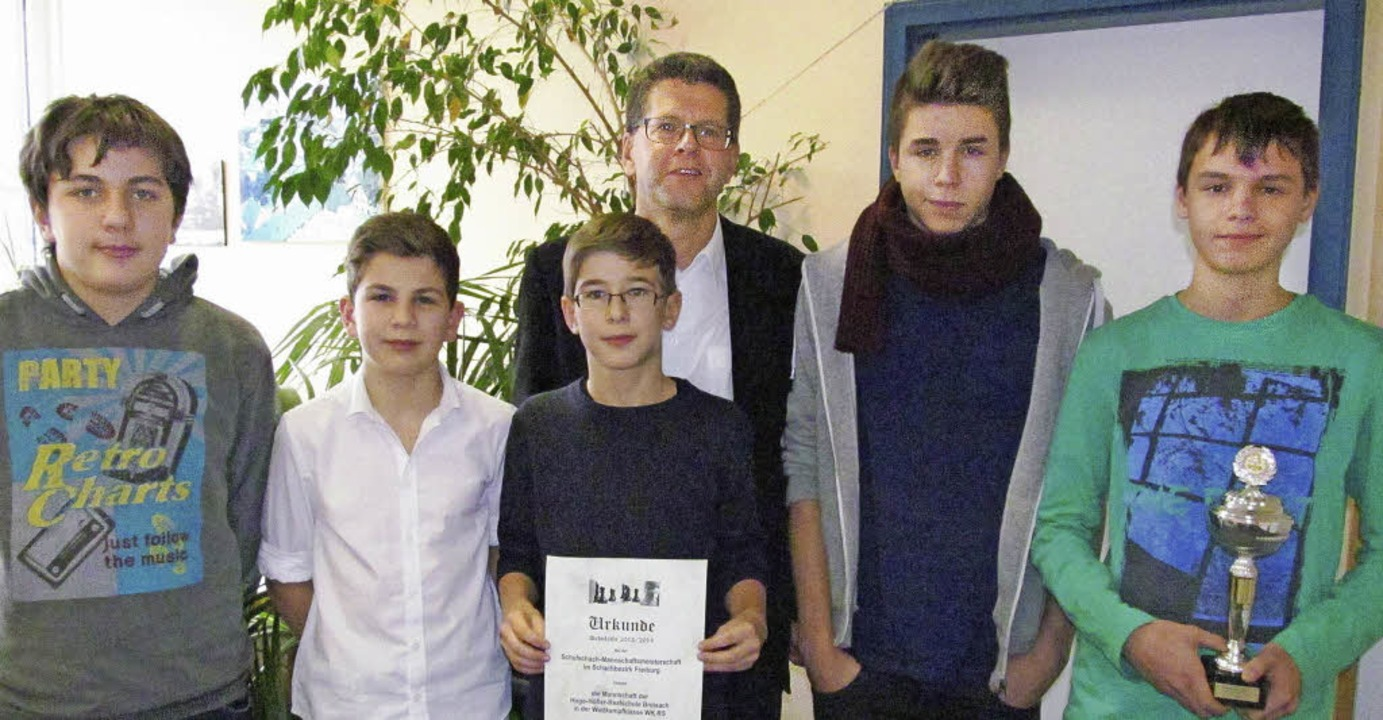 Christoph Wolk, Leiter der Breisacher ...erte den erfolgreichen Schachspielern.  | Foto: christoph Müller