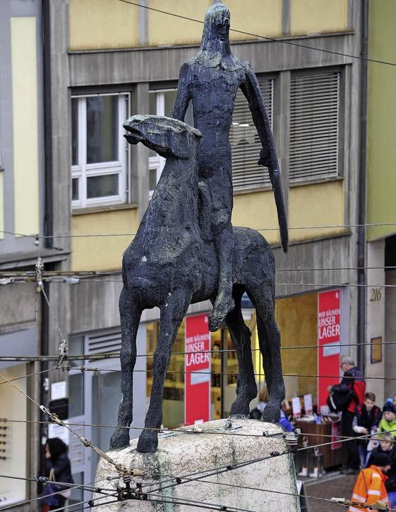 Erhält ein Gerüst als Schutz: die Bertold-Statue.   | Foto: Thomas Kunz