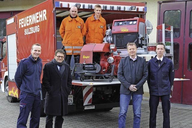 Feuerwehren ziehen am selben Löschschlauch