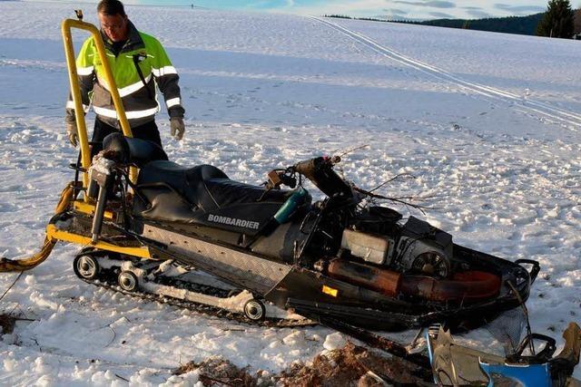 Mann prallt mit Schneemobil gegen Baum und stirbt