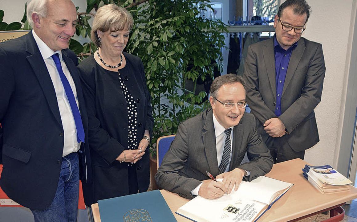 """Kultusminister Andreas Stoch trug sich...sband den Titel """"Beat it"""".    Foto: Fotos: S. Timm"""