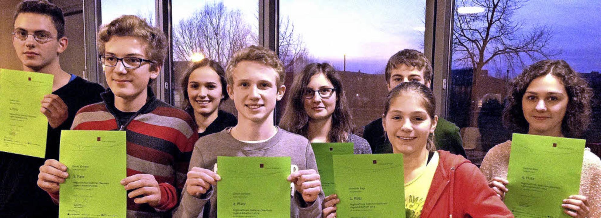 Die acht Sieger des Regionalwettbewerb...rt Simmler (verdeckt) und Melanie Wolf  | Foto: ulrich plessner