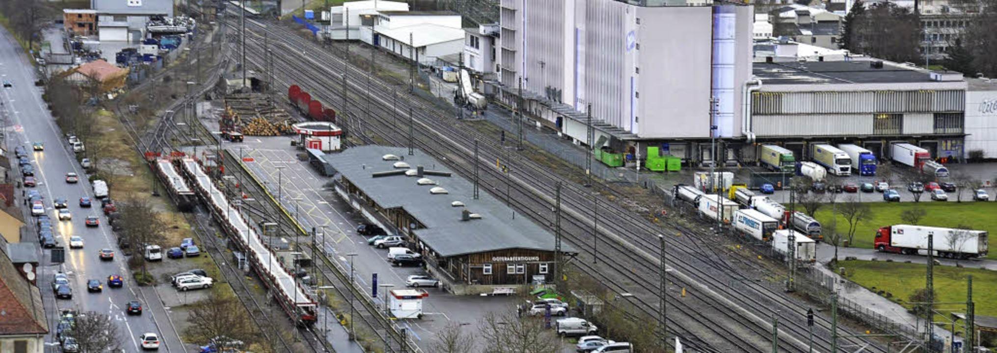 Güterbahnhof Lörrach: Die Verladestati...und dahinter dier Holzverladebereich.   | Foto: Nikolaus Trenz