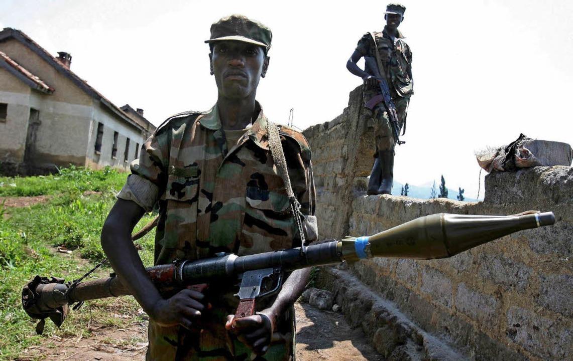 Schwer bewaffnete Rebellen im Jahr 200...enzgebiet zwischen  Kongo und  Ruanda   | Foto: dpa