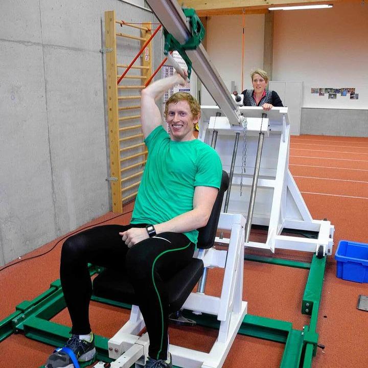 Cyrus Hostetler Am Herrenknecht-Traini...en Weltmeisterin Christina Obergföll.   | Foto: Fotos Pascal Cames