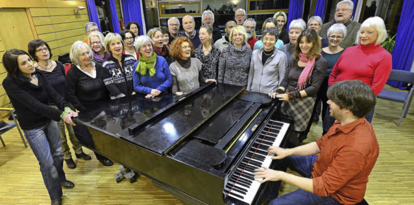 Richard Leisegang am Klavier gibt den ...für  bis zu 37 Sängerinnen und Sänger.  | Foto: Ingo Schneider