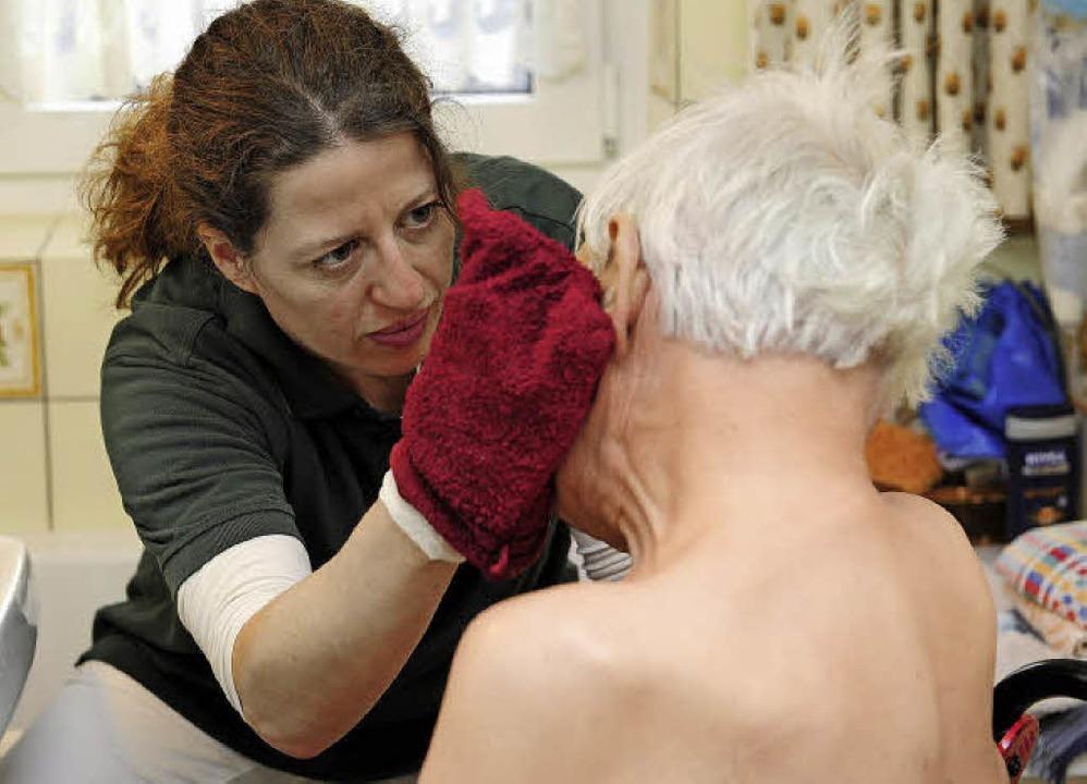 Pflegekräfte der ambulanten Dienste st...Hausbesuchen unter enormen Zeitdruck.   | Foto: Schneider/ Jacob (3)