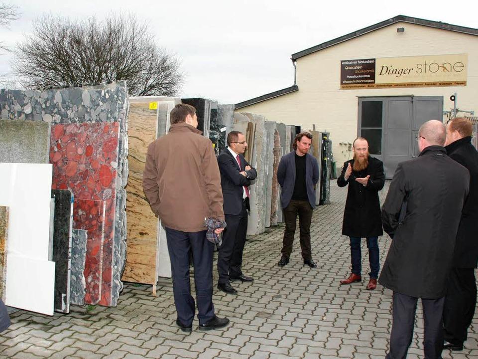 Simeon und Raphael Dinger (Mitte) stel... Betrieb und ihre Expansionspläne vor.  | Foto: Martin Wendel