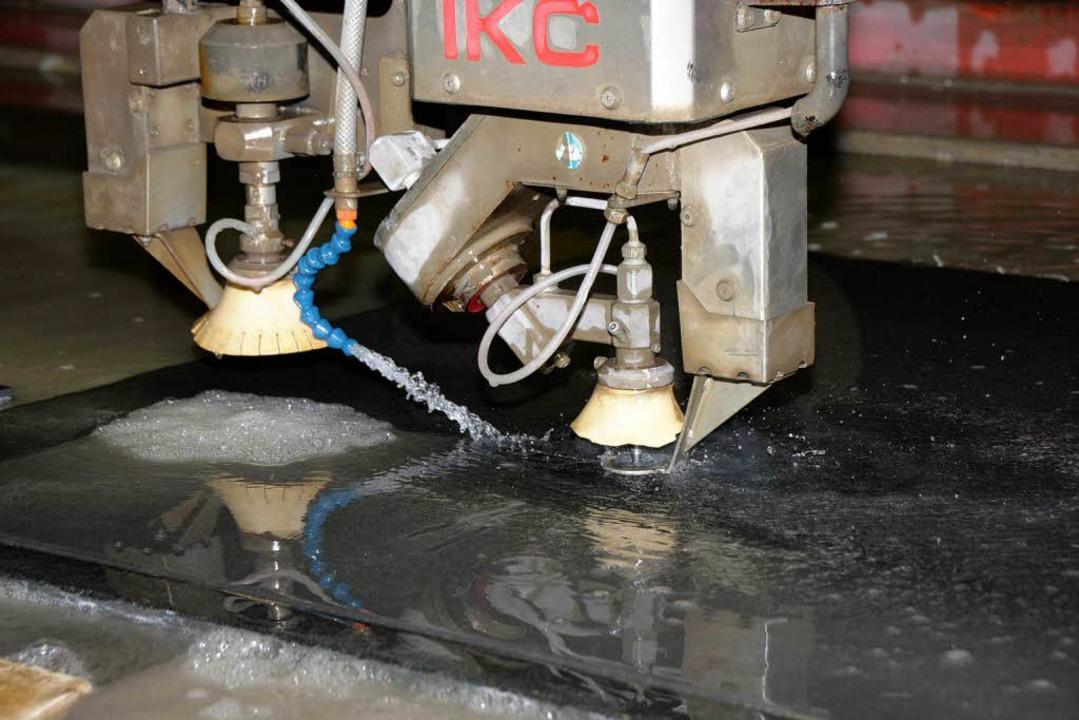 Ein Wasserstrahl schneidet Steinplatten mit bis zu 4000 bar Druck.  | Foto: Martin Wendel