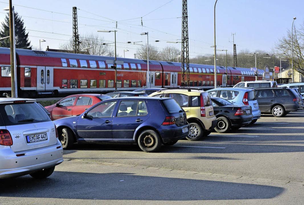 Der Pendlerparkplatz am Bahnhof Riegel-Malterdingen wird gern angenommen.     Foto: Dieter Erggelet