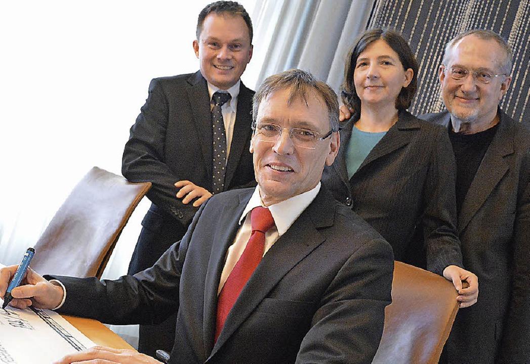 Freude bei der Scheckunterzeichnung: M...n Huber und Dietmar Fulde (von links)   | Foto: Barbara Ruda