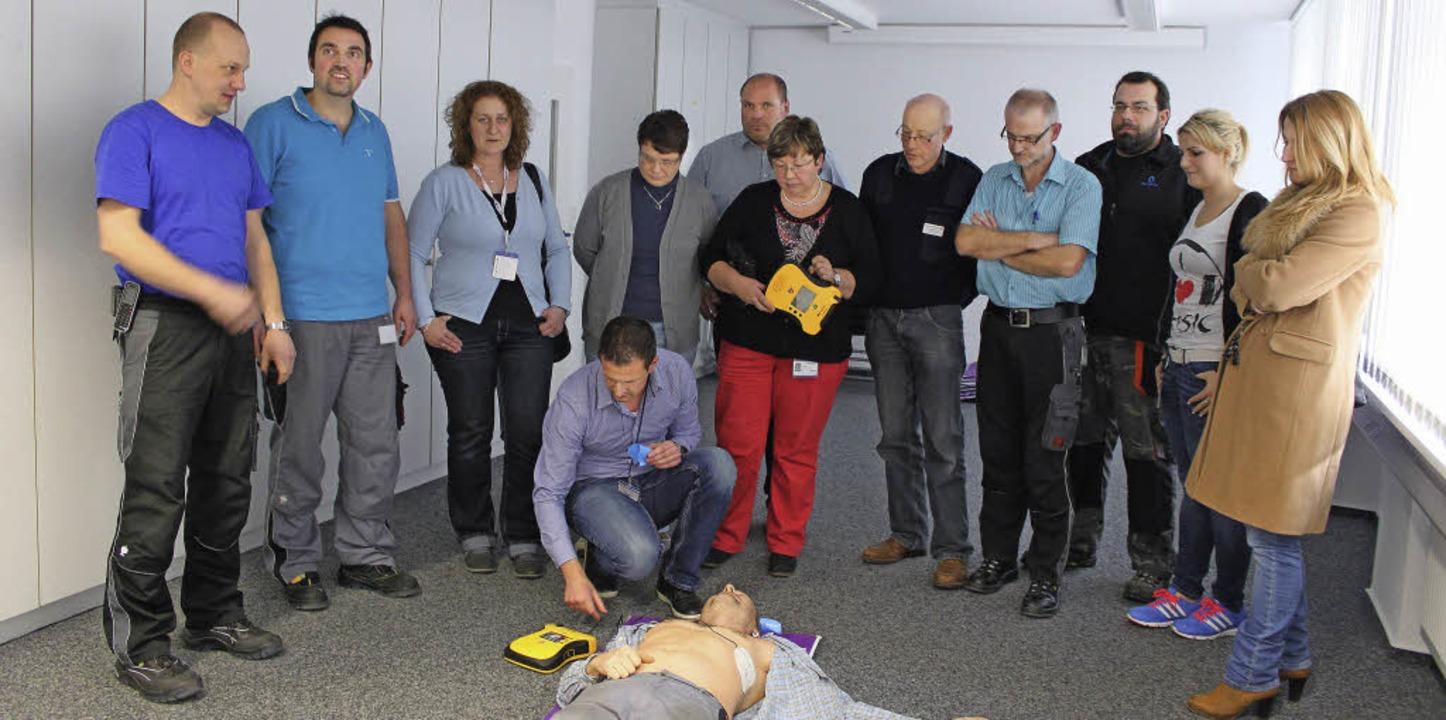 Christian Sauter (kniend) demonstriert...efibrillators bei plötzlichem Herztod.    Foto: Martha Weishaar