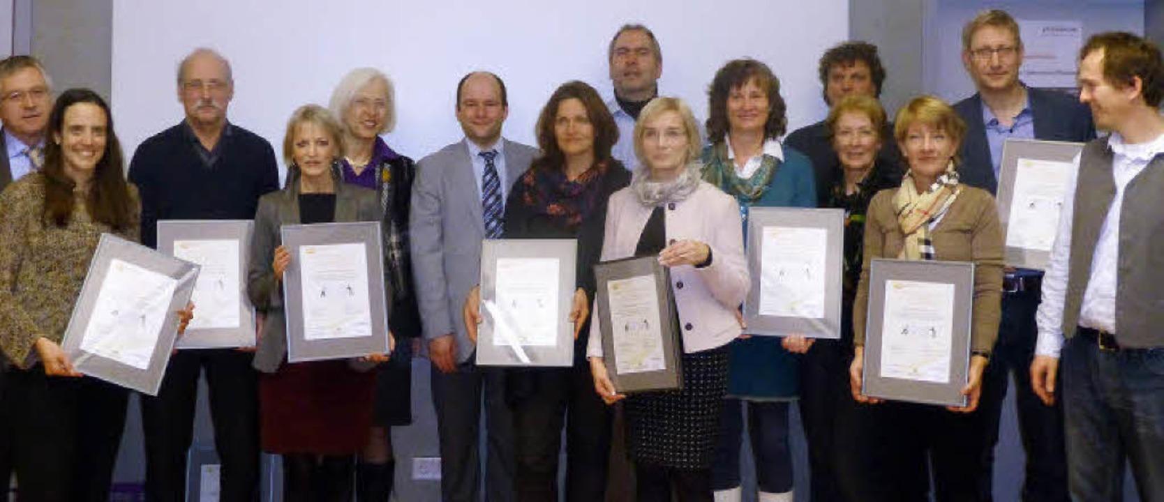 Die Lörracher Oberbürgermeisterin, Gud...von links) mit Vertretern der Schulen.  | Foto: Reinhardt