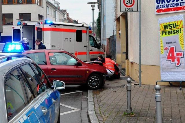 Versehentlich aufs Gas: Renault-Fahrerin fährt Fußgängerin um und prallt auf Hauswand