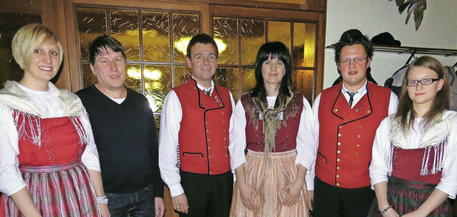 Der neu formierte Vorstand der Trachte...rer, Jörg Ohnemus und Elena Neumaier.   | Foto: verein