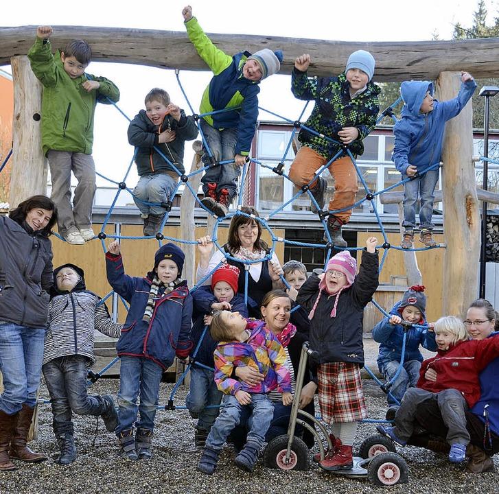 Die Kinder der Inklusionsklasse mit de...Hötzer und Anna Griesbaum (von links)   | Foto: Felix Held