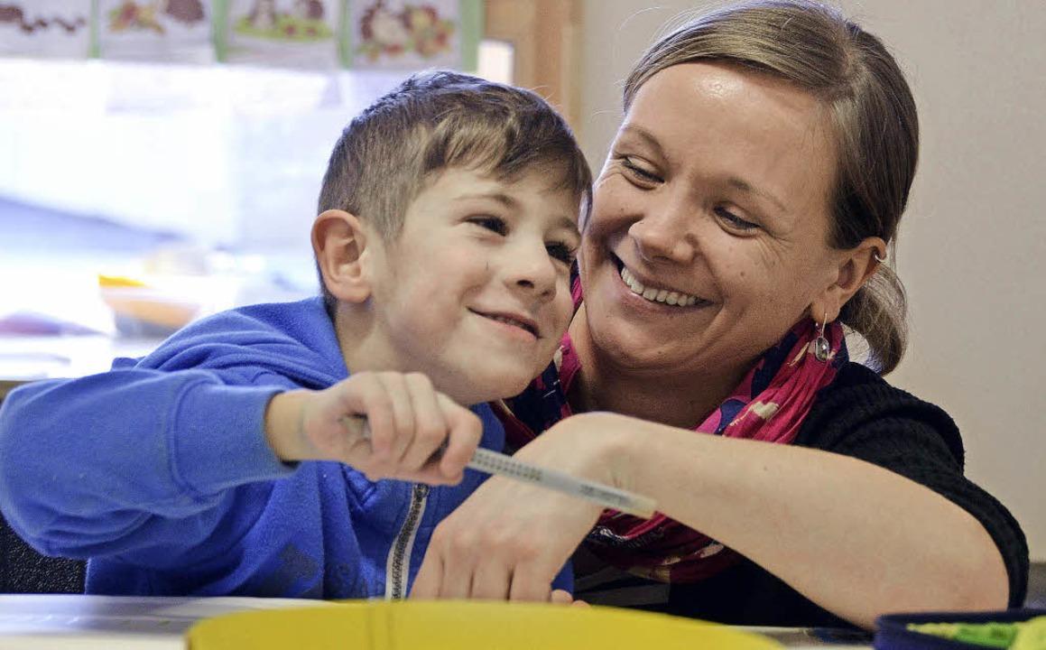 Lernen macht Spaß: Klassenlehrerin Lis...it einem Schüler der Inklusionsklasse.  | Foto: Felix Held